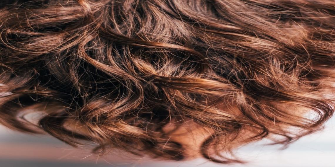 اصلاح الشعر التالف: الأسباب وطرق العلاج وافضل المنتجات لإصلاحه