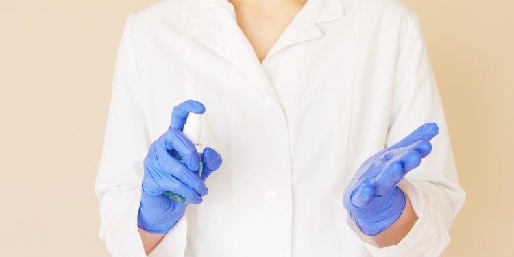 مطهر ومعقم اليدين الكحولي: كيف يمكنك استخدامه بشكل صحيح؟ وما هي الحالات التي لا يجب أن يستخدم بها؟