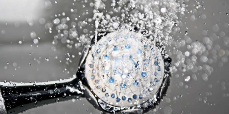 الاستحمام في الليل أم في الصباح: ما هو الأفضل؟ وما هي إيجابيات وسليبات كل منهما؟