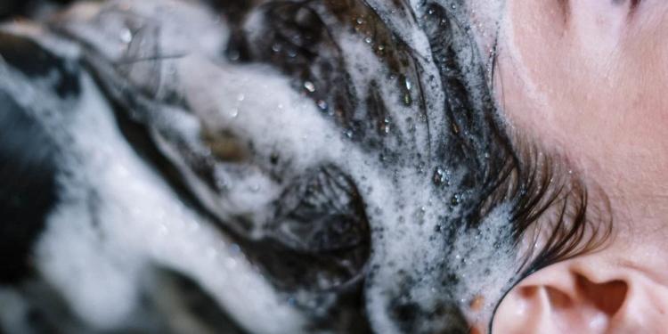 تعرف على طرق غسل الشعر بشكل صحيح و 8 نصائح يجب الانتباه إليها