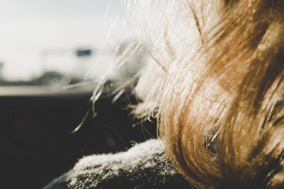 ما هو علاج الشعر الخفيف؟ وأسباب تساقط الشعر